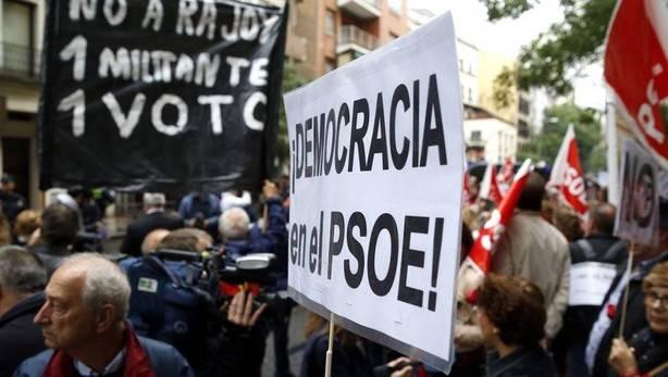 Militantes del PSOE a las puertas de Ferraz (vía EFE)