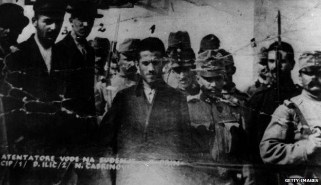 Gavrilo Princip, Danilo Ilitch y Cabrinovic son conducidos hacia el juzgado